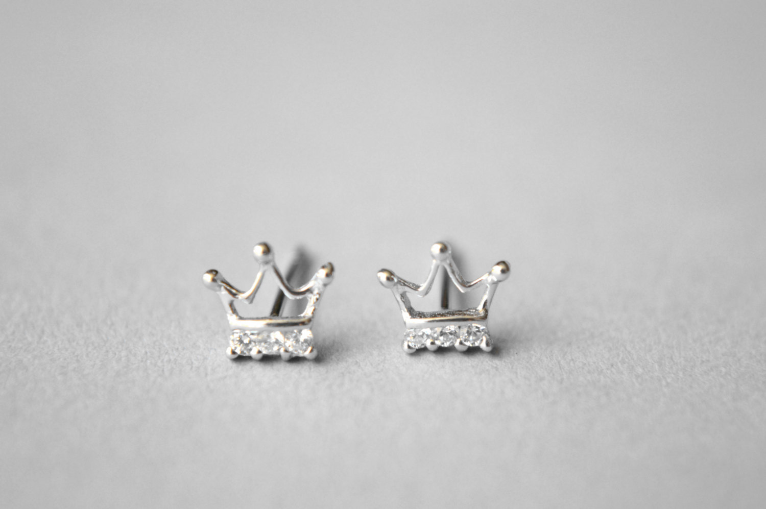 luulla earrings themed on shaped crown princess in gold stud rose original product small